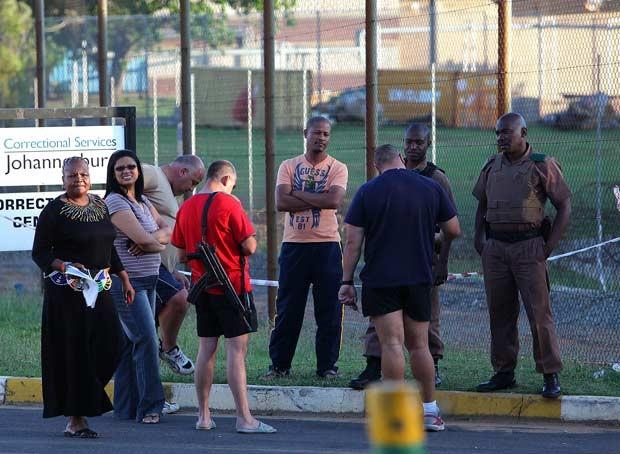 Funcionários da cadeia Neville Malila aguardam notícias após incidente nesta segunda-feira (22) (Foto: AFP)