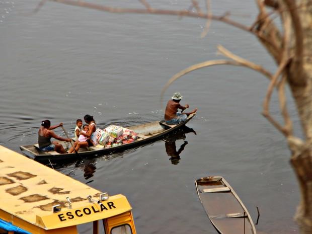 Famílias cadastradas receberam cestas da Defesa Civil (Foto: Suelen Gonçalves/G1 AM)