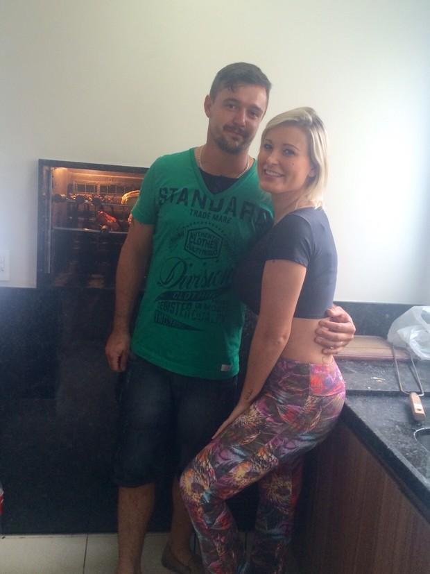 Andressa Urach e amigo em churrasco na sua casa (Foto: Arquivo Pessoal)