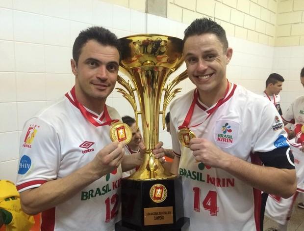 Falcão e Rodrigo Sorocaba campeão Liga Futsal 2014 (Foto: Divulgação / Brasil Kirin)