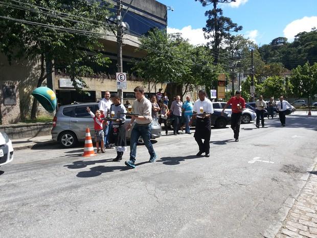 Garçons se divertem em corrida em Petrópolis (Foto: Andressa Canejo/G1)
