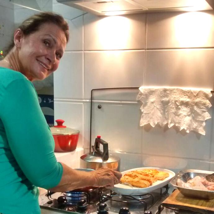 Ieda cozinhando para a família (Foto: Arquivo Pessoal)