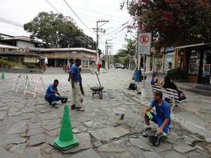 Colocação de cimento na Rua das Pedras, em Búzios (Foto: Victor Viana)