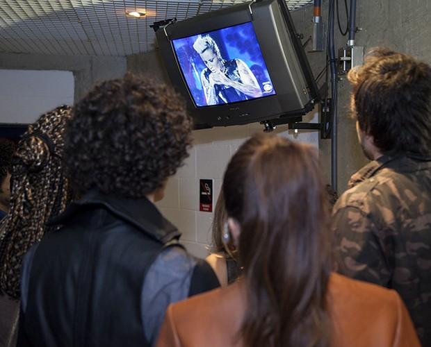 Bastidores participantes assistem TV (Foto: Fabiano Battaglin/TV Globo)