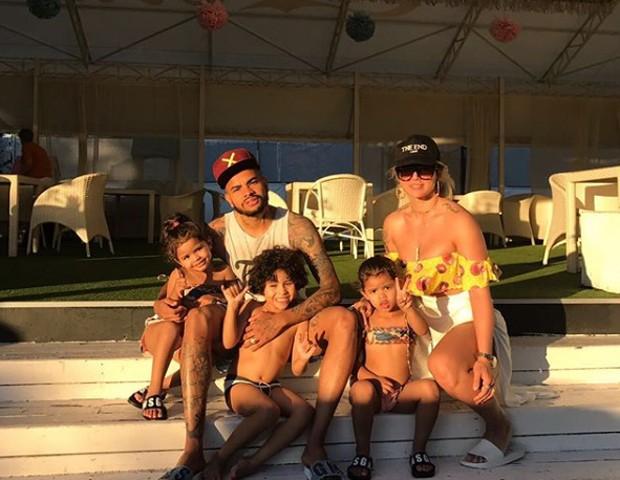 Dentinho e Dani Souza com os filhos (Foto: Reprodução/Instagram)