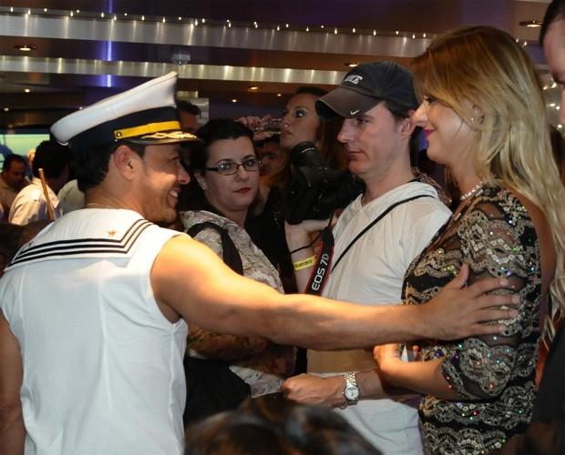 Zezé di Camargo e Deborah Albuquerque são atenciosos (Foto: Francisco Cepeda/AgNews)