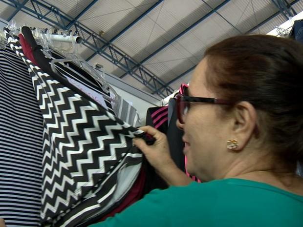 Léo gostou dos preços das saias (Foto: Reprodução/ TV Gazeta)