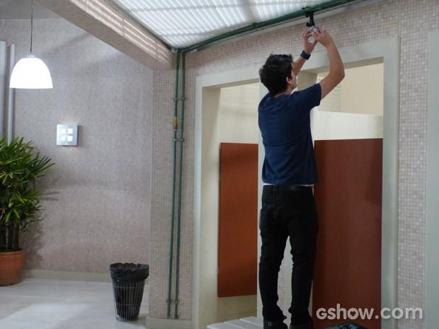 Junior instala câmera no banheiro (Foto: Malhação / TV Globo)