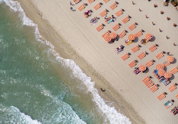 Praia de Saint Tropez, na França (Foto: Gray Malin/Divulgação)