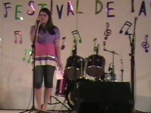 Débora Coutinho no show de talentos da escola (Foto: Arquivo Pessoal)