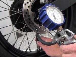 Calibrando o pneu (Foto: G1)