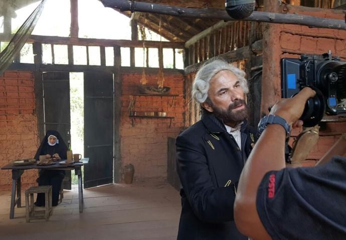Carol Castro e Marco Ricca durante as gravações de 'A Lenda do Mão de Luva' (Foto: Raul Gama/Gshow)