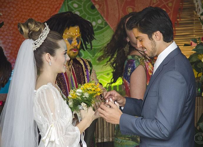 Fatinha e Bruno trocaram alianças na temporada de 2012 (Foto: TV Globo)