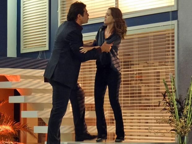 O casal discute em cima da escada do apartamento (Foto: TV Globo)