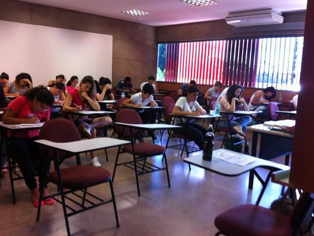 Cadeiras vazias durante aplicação das provas em uma escola de Brasília