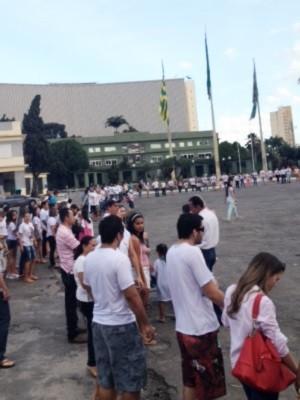 Familiares e amigos de jovens mortos por policiais se unem em 'abraço da paz', em Goiânia (Foto: Murilo Santos/ TV Anhanguera)
