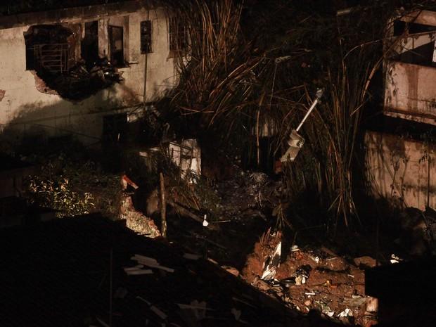 Local do acidente aéreo em Santos é iluminado para que as buscas por restos mortais e investigações continuem noite adentro (Foto: Murillo Constantino/Agência O Dia/Estadão Conteúdo)