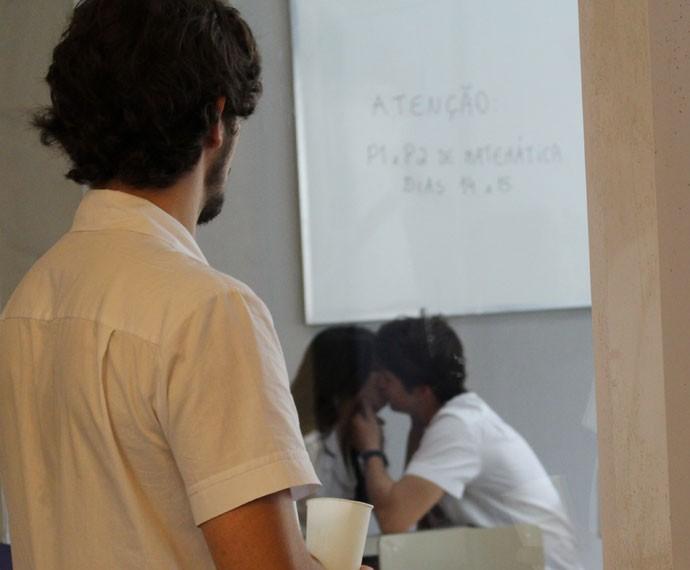 Luan fica incomodado quando vê Luciana e Rodrigo se beijando (Foto: Thais Dias/Gshow)
