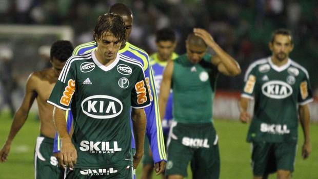 Jogadores do Palmeiras após derrota para o Guarani (Foto: Gustavo Tilio / Globoesporte.com)