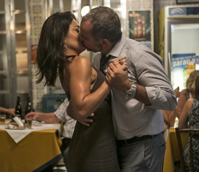 Germano dá aquele beijo em Carolina! (Foto: Inácio Moraes / Gshow)