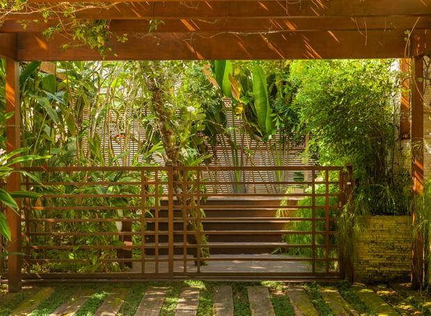 A garagem dessa casa no litoral norte de São Paulo ganhou um pergolado de madeira no projeto do paisagista Gil Fialho (Foto: Edu Castello/Editora Globo)