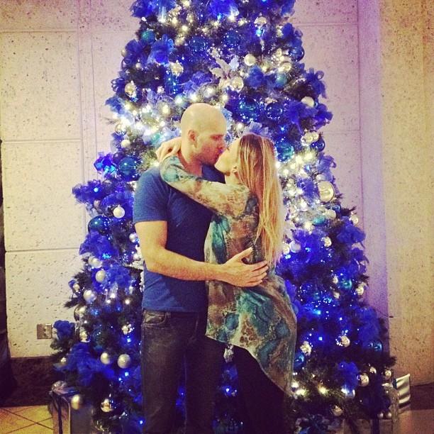 Sheila Mello posa em frente à Árvore de Natal e exibe barrigão (Foto: Instagram)