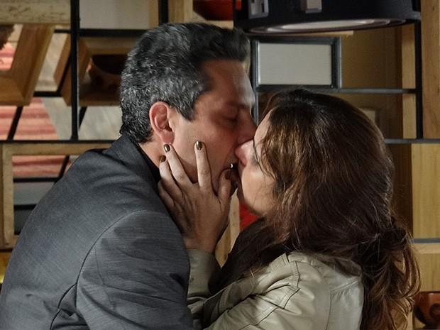 Emocionados, Stenio beija Helô (Foto: Salve Jorge/TV Globo)