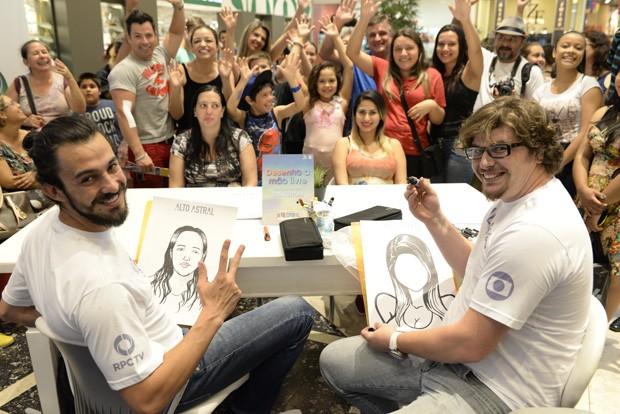 Desenhistas, além das outras atividades e serviços, atraíram o público (Foto: Tiago Cavalieri/RPC TV)