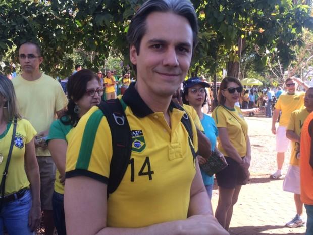 Vanderlei Lima, empresário, participa de protesto contra Dilma, em Goiânia (Foto: Sílvio Túlio/G1)