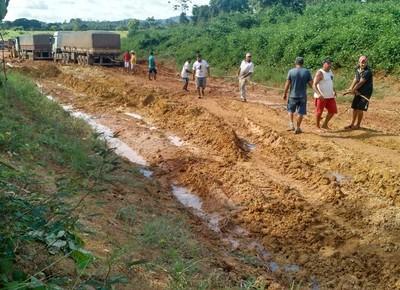 br163-lama-caminhao-atoleiro (Foto: Elisamar Pereira Silva/Via Whatsapp)