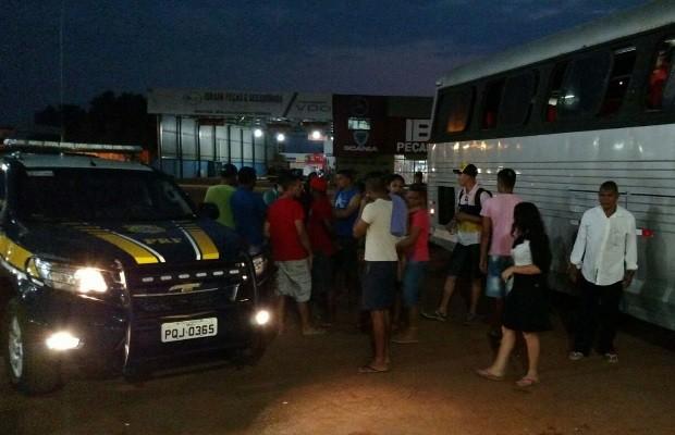 Passageros foram levados para ponto de apoio onde esperaram por 12h Goiânia Goiás (Foto: Divulgação/PRF)