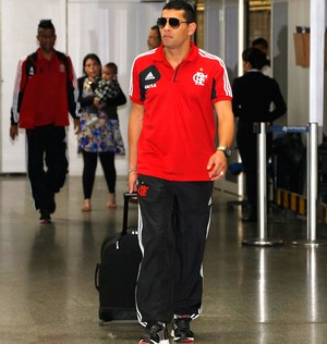 Andre Santos desembarque Flamengo Rio (Foto: Ivo Gonzales / Agência O Globo)