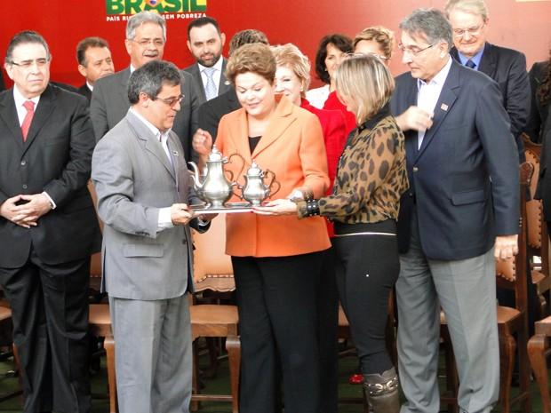 Dilma Rousseff recebe artesanato da região de São João Del Rei das mãos do prefeito Professor Helvécio (Foto: Pedro Ângelo/G1)