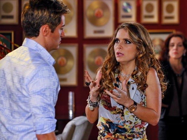 Fabian aproveita paquera de Chay com Michel Teló para tentar se livrar do falso namoro (Foto: Cheias de Charme / TV Globo)