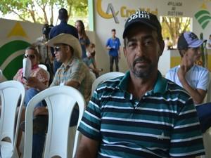 Produtor Marcos Alves trabalha com gado leiteiro há 15 anos (Foto: Franciele do Vale/G1)