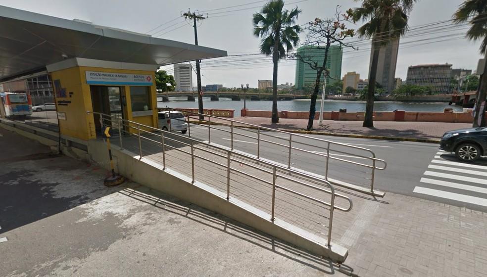 Tentativa de assalto ocorreu dentro da Estação de BRT Maurício de Nassau, no bairro de Santo Antônio, no Recife (Foto: Reprodução/Google Street View)