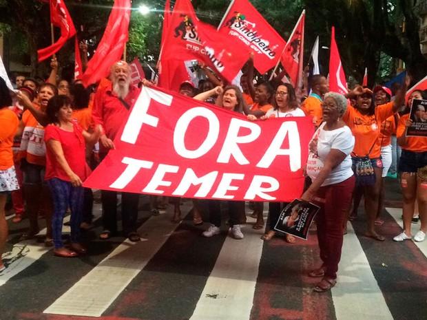 Protesto Fora Temer passa pelo Corredor da Vitória, em Salvador (Foto: Alan Tiago Alves/G1)