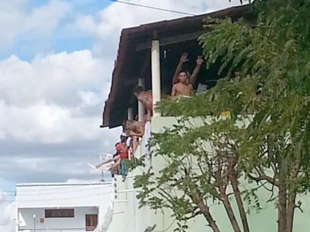 Polícia teme que detentos pulem muro e tenham acesso às ruas de Quixadá (Foto: Revista Central)