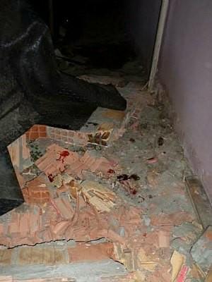 Vítima e suspeito caíram sobre tijolos de uma altura de 4 m  (Foto: Divulgação)