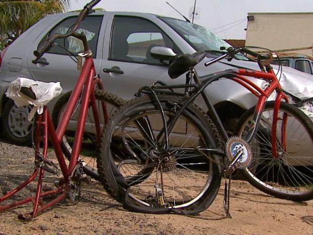 Bicicletas ficaram destruídas com colisão em Aguaí (Foto: Rodrigo Sargaço/EPTV)