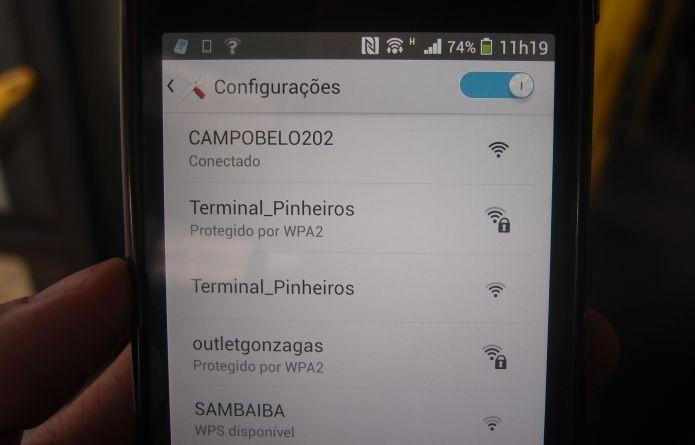 Acionando o Wi-Fi no ônibus de São Paulo (Foto: Pedro Zambarda/TechTudo)