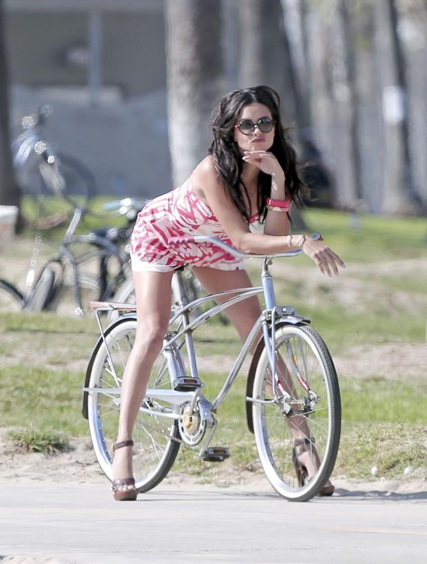 Adriana Lima em ensaio em Los Angeles, nos Estados Unidos (Foto: Grosby Group/ Agência)