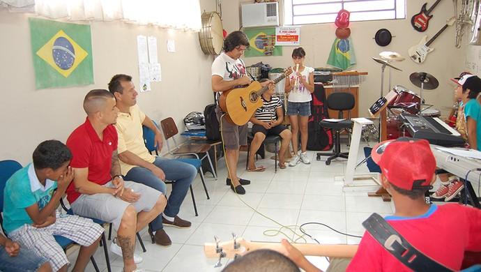 D'Alessandro Dunga centro social (Foto: Divulgação | Lance de Craque)