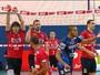 Riad rasga rede na semi da Superliga, e atletas fazem remendo; veja a cena