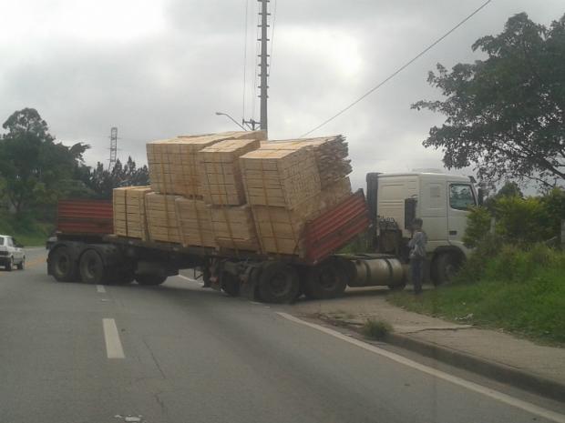 Carreta perde controle e invade pista contrária em rodovia de Mairinque (Foto: TEM Você/ Glauber Wesley Feijó)