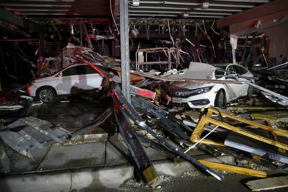 Carros foram destruídos por tornado perto de Canton, no Texas (Foto: Tom Fox/The Dallas Morning News via AP)