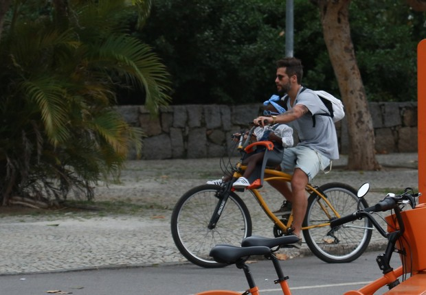 Bruno Gagliasso e a filha, Titi, passeando de bicicleta (Foto: Agnews)