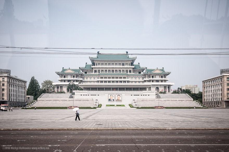 Praça Kim Il-Sung, o tipo de foto que eles querem que seja tirada, explica ele (Foto: Michal Huniewicz)