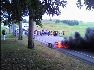 Manifestantes tacaram fogo e impediram acesso em via (Foto: Arquivo Pessoal/Miranda)