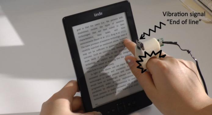 Sistema faz anel vibrar no início e ao fim das linhas do texto  (Foto: Reprodução/Vimeo)